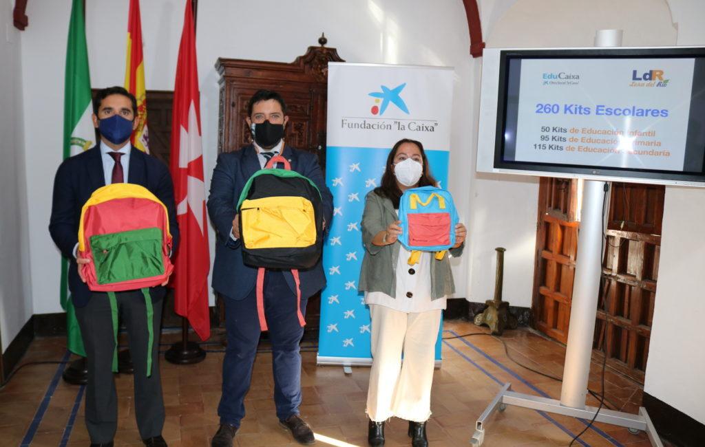 La Obra Social «La Caixa» reparte 260 kits escolares en Lora